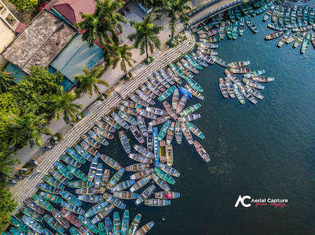 foto con Drone barche parcheggiate